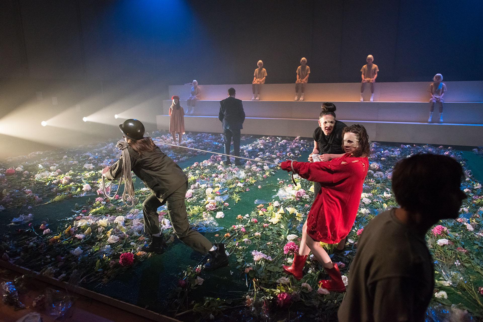 Antigone | Eline Arbo | Anouk van Kolfschoten | Scenography | de Theaterschool | Robert van der Ree photography | theaterfotografie | theater photography | theatre photography